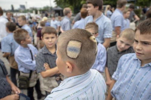 Dieser Jungschwinger hat auf der einen Kopfhälfte das Zuger Wappen als Haarschnitt... (Bild: KEYSTONE/Urs Flüeler, 23. August 2019)