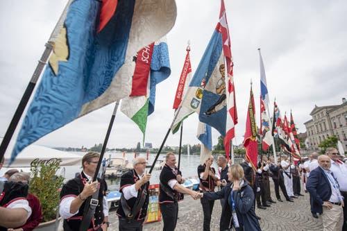 Impression vom traditionellen Fahnenempfang der Verbandsfahne auf dem Landsgemeindeplatz in Zug. (Bild: KEYSTONE/Urs Flueeler)