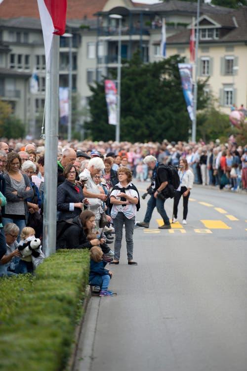 Die Esaf-Besucher warten auf den Umzugstross. (Bild: Maria Schmid)
