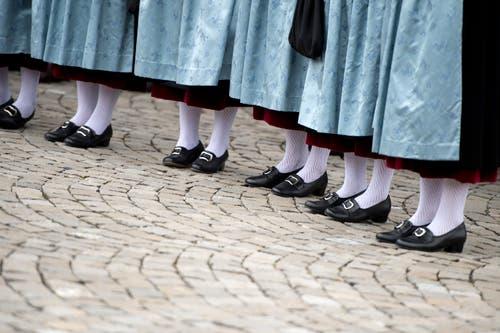 Die Ehrendamen mit ihrem schicken Schuhwerk. (Bild: Maria Schmid, 23. August 2019)