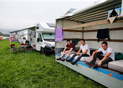 (V.l.n.r.) Adrian Manser, Dominik Brülisauer und Walter Signer aus Appenzell schlafen zu viert im Lieferwagen. (Bild: Stefan Kaiser)