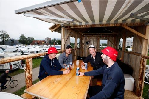 Reto Brunner, Patrick Betschart, Mirco Brunner und Bruno Kreyenbühl sind mit ihrem Mobil aus Beinwil, Freiamt, nach Zug gekommen. (Bild: Stefan Kaiser)