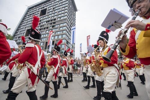 Das Korps der Zuger Beresina Grenadiere führt den Festumzug durch die Stadt Zug an. (KEYSTONE/Urs Flüeler, 23. August 2019)