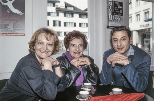 Ines Torelli, links, die Schauspielerin, Kabarettistin und Diseuse Erna Brünell, Mitte, und der Kabarettist Beat Schlatter, rechts, trinken im Januar 1993 einen Kaffee in der Theaterbar. Aufgenommen im Theater am Hechtplatz, Zürich. (Bild: Keystone)