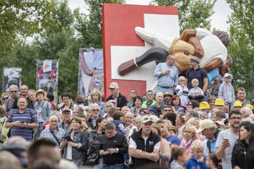 Schwingerfans bestaunen den Festumzug. (Bild: KEYSTONE/Urs Flüeler, 23. August 2019)