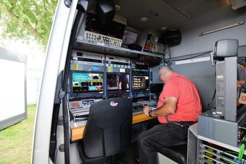 Im Van werden die Bildschirme überwacht. (Bild: Donato Caspari)