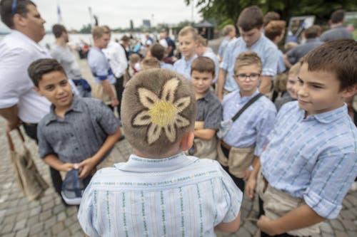 ... auf der anderen Seite trägt er eine Edelweiss-Blüte auf dem Kopf. (Bild: KEYSTONE/Urs Flüeler, 23. August 2019)