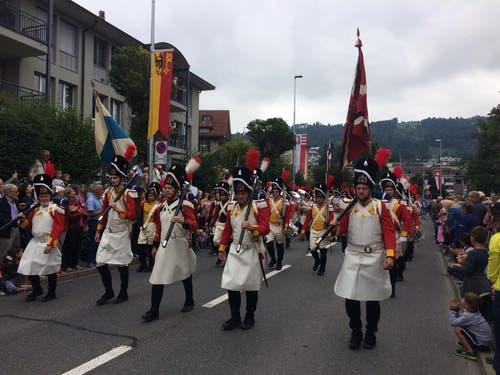Das Korps der Zuger Beresina Grenadiere führt den Umzug an.