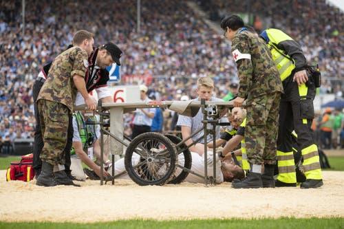 Dominik Streiff liegt verletzt am Boden. (Bild: KEYSTONE/Alexandra Wey, Zug, 24. August 2019)
