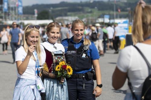 Dank der friedlichen Stimmung hat auch die Polizistin Zeit für ein Foto. (Bild: KEYSTONE/Ennio Leanza, Zug, 24. August 2019)