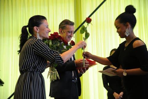 Michelle Resele überreichte allen Absolventen eine Rose. (Bild: Urs Hanhart, Altdorf, 24. August 2019)