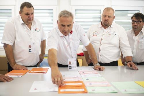 Samuel Feller, Eidgenössischer Technischer Leiter (Mitte) bespricht mit seinem Team die Einteilung der Gänge am Eidgenössischen Schwing- und Älplerfest. (Bild: KEYSTONE/Ennio Leanza, Zug, 24. August 2019)