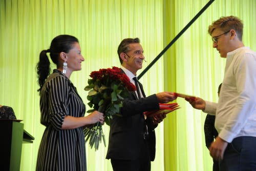 Regierungsrat Beat Jörg überreiche die Zeugnisse. (Bild: Urs Hanhart, Altdorf, 24. August 2019)