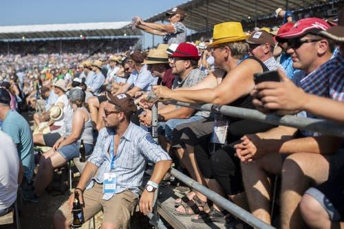 Besucher verweilen am Eidgenössischen Schwing- und Älplerfest. (Bild: KEYSTONE/Ennio Leanza, Zug, 24. August 2019)