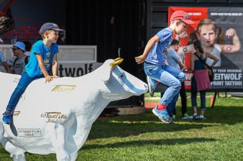 Die Kinder sind am Schwingfest beschäftigt. (Bild: Christian H. Hildebrand, Zug, 24. August 2019)