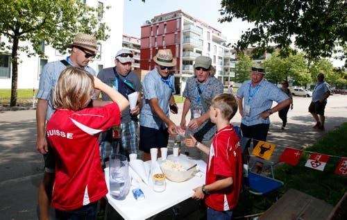 Kinder aus dem Herti-Quartier haben an der Eichwaldstrasse einen Sirup und Popcorn-Stand aufgebaut. (Bild: Stefan Kaiser, Zug, 24. August 2019)