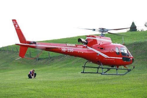 ... mit einem eigenen Helikopter vor Ort. Die Spezialisten... (Bild: Raphael Rohner)