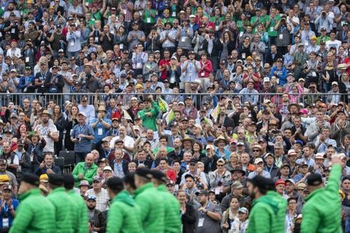 Besucher applaudieren zum Auftakt des Eidgenössischen. (KEYSTONE/Alexandra Wey, 24. August 2019)