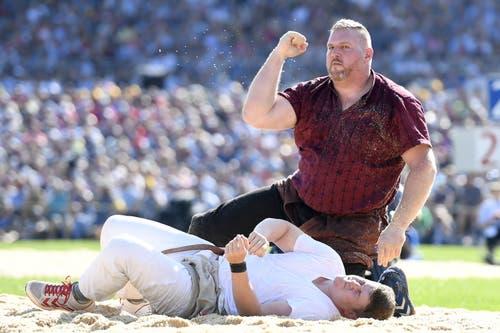 Christian Stucki jubelt nach dem Sieg gegen Matthias Herger im 4. Gang. (Bild: KEYSTONE/Urs Flüeler, Zug, 24. August 2019)