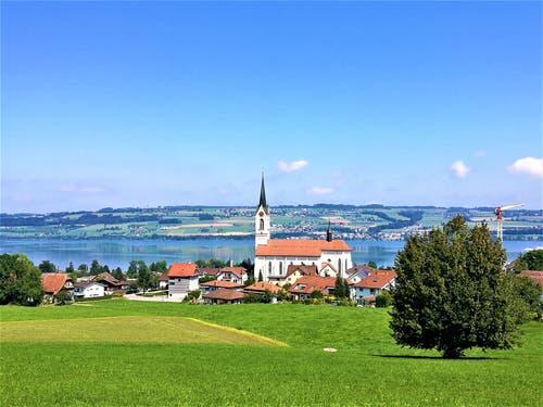 Herrliches Sommerwetter über Kirche Nottwil/LU am Sempachersee (Bild: Urs Gutfleisch, Nottwil, 24. August 2019)