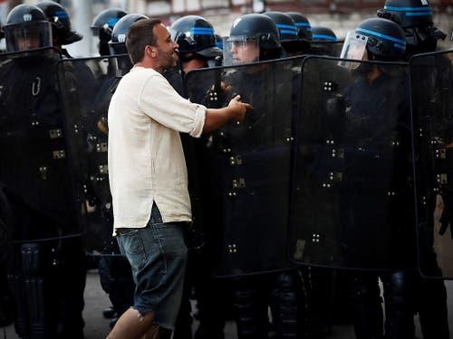 Am Rande des G7-Gipfels in Biarritz (F) kam es am ersten Tag zu über 60 Festnahmen. (Bild: KEYSTONE/EPA EFE/JAVIER ETXEZARRETA)