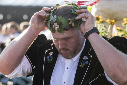 Christian Stucki richtet seine Krone. (Bild: Alexandra Wey/Keystone, Zug, 25. August 2019)