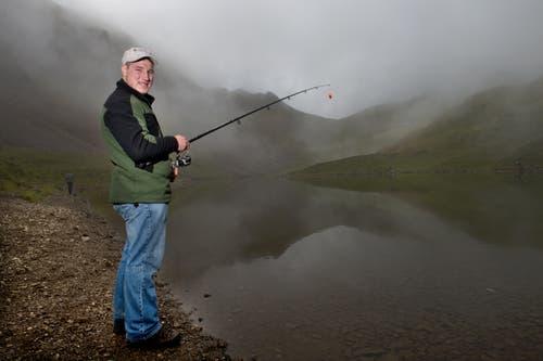 Fühlt sich in der Natur wohl: Joel Wicki einige Jahre später beim Fischen auf dem Rothorn beim Eissee in Sörenberg. (Bild: Eveline Beerkircher, Brunnen, 30. August 2014)