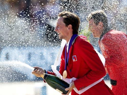 Der Europameister Martin Fuchs lässt den Champagner spritzen. (Bild: KEYSTONE/EPA ANP/OLAF KRAAK)