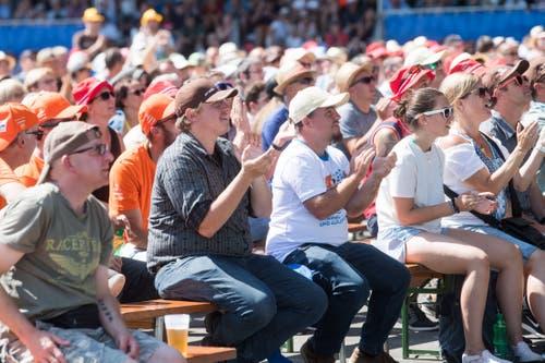 Die Schwingfans fiebern am Public Viewing bei der Bossard Arena mit den beiden Schwingern mit. (Bild: Boris Bürgisser, Zug, 25. August 2019)