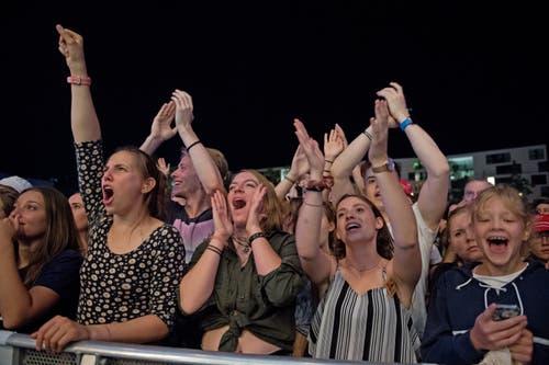 Begeisterte Zuschauer am Konzert von Lo & Leduc. (Bild: Corinne Glanzmann, Zug, 24. August 2019)