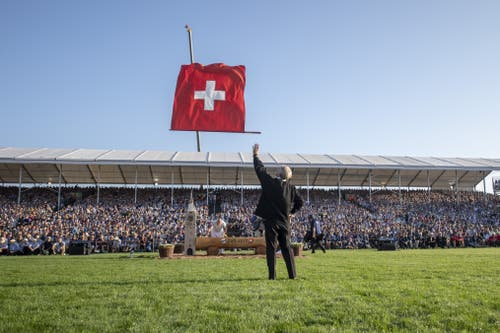 Ein Fahnenschwinger gibt seine Künste zum Besten. (Bild: Urs Flüeler, Zug, 2019)