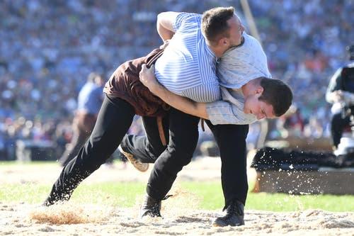 Armon Orlik, rechts, kann gegen Kilian Wenger bereits den 5. Sieg verbuchen und bleibt auf Schlussgang-Kurs. (Bild: Urs Flüeler, Zug, 25. August 2019))