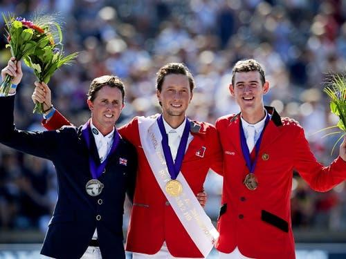 Ben Maher (Silber), Martin Fuchs (Gold) und Jos Verlooy (Bronze) posieren auf dem Podest. (Bild: KEYSTONE/EPA ANP/OLAF KRAAK)