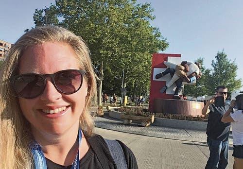 Am Sonntagmorgen mit müden Augen (darum die Sonnenbrille) vor der Esaf-Skulptur. Bild: Andrea Muff (Zug, 25. August 2019)