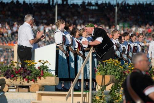 Stucki küsst die Ehrendamen ab. (Bild: Maria Schmid, Zug, 25. August 2019)