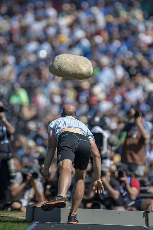Ihn hochzuwuchten würde schon die meisten überfordern. Ihn zu werfen ohnehin: Der Unspunnenstein hat ein stolzes Kampfgewicht von 83.5 Kilogramm. (Bild: Keystone/Urs Flüeler, Zug, 25. August 2019)
