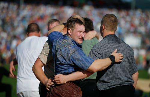 Ein ungewohntes Bild: Joel Wickis Rücken ist mit Sägemehl bedeckt. (Bild: Stefan Kaiser, Zug, 25. August 2019)