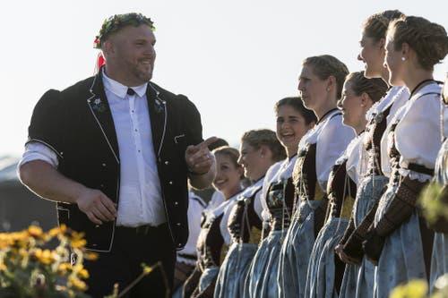 Dich auch noch? Ein gelöster Stucki bei den Ehrendamen. (Bild: Alexandra Wey/Keystone, Zug, 25. August 2019)