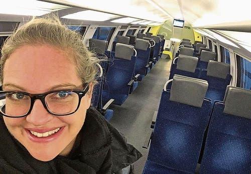 Redaktorin Andrea Muff im leeren Zugabteil auf dem Weg nach Zug ans Eidgenössische Schwing- und Älplerfest (Esaf). Bild: Andrea Muff (Zug, 24. August 2019)