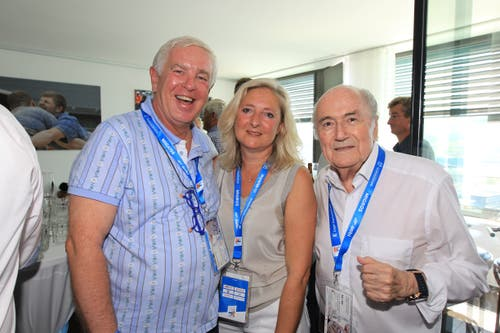 Gastgeber Josef Mathis (links) mit Cornelia Schaub Tännler und Josef Blatter beim Empfang der zahlreichen Prominenz im Zuger Uptown. Bild: Charly Keiser