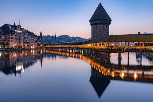 Gestern Morgen bin ich um 4 Uhr aufgestanden, um etwas zu machen, dass ich sonst eigentlich vermeide. Ich wollte einmal die Kappelbrücke fotografieren. (Bild: Christian Lötscher, Luzern, 25. August 2019)
