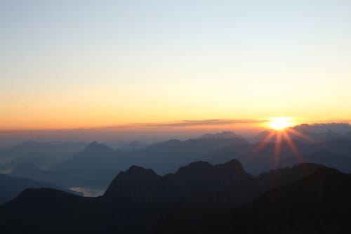 Früh morgens los und mit der ersten Bahn aufs Brienzer Rothorn fahren um den Sonnenaufgang zu sehen. (Bild: Irene Wanner, Rothorn, 25. August 2019)