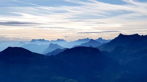 """Unsere Zentralschweiz, Sicht in die """"blauen Berge"""", morgens früh vom Stanserhorn Richtung Mythen. Welch ein Tag! (Bild: Rolf Stocker, Stanserhorn, 13. August 2019)"""