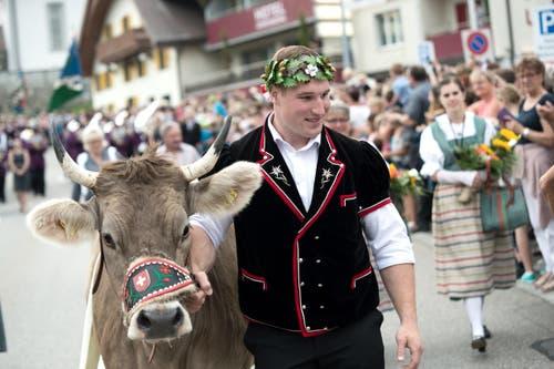 Joel Wicki wird in Sörenberg empfangen. Mit auf dem Bild ist «Greth». (Bild: Pius Amrein, Sörenberg, 27. August 2019)