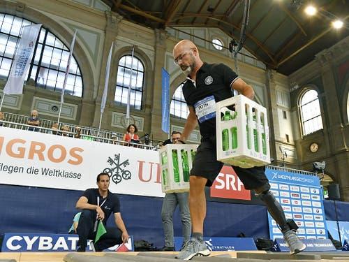 Mit einer Beinprothese einen Hindernisparcours überwinden: Am Cybathlon im Zürcher Hauptbahnhof bewiesen Menschen mit Behinderung ihre Geschicklichkeit. (Bild: KEYSTONE/WALTER BIERI)