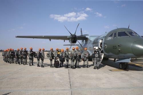 Nun helfen auch Soldaten bei den Löscharbeiten: insgesamt mehr als 43'000 stehen im Einsatz. (Bild: ANTONIO CRUZ / HANDOUT)