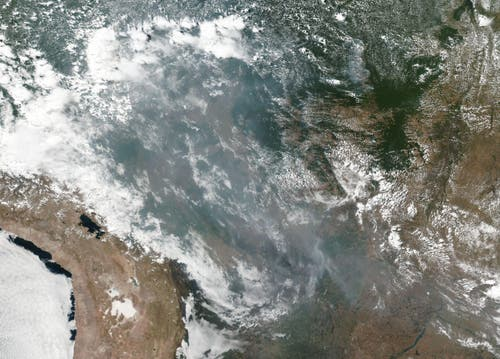 Auch vom Satelit aus ist der Rauch gut zu sehen. (Bild: keystone-sda.ch)