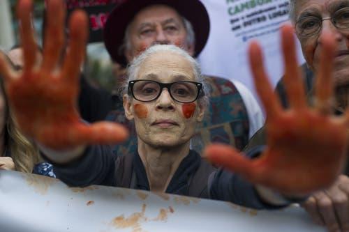 Proteste gegen die Brände und Präsident Bolsonaro: Die brasilianische Schauspielerin Sonia Braga hat sich ihre Hände blutrot angemalt. (Bild: Bruna Prado)