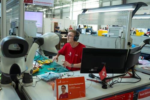 Elektroniker Florian Baumgartner an seinem Arbeitsplatz. (Bild: SwissSkills)