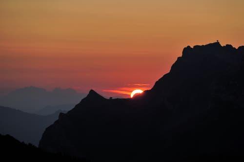 Blick von der Stäfeliflue, auf den Sonnenaufgang hinter der Pilatuskette. (Bild: Paul von Allmen, Stäfeliflue, 27. August 2019)